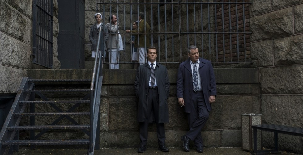 Holden Ford et Bill Tench devant la prison dans Mindhunter